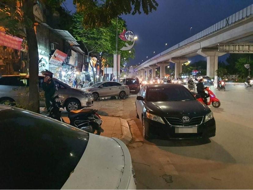 Hà Nội: Tài xế ô tô Camry đỗ xe giữa ngã tư để… ngủ - hình ảnh 1