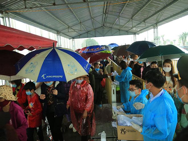 Vạn người đội mưa lớn đổ về chùa Tam Chúc gây quá tải - hình ảnh 1