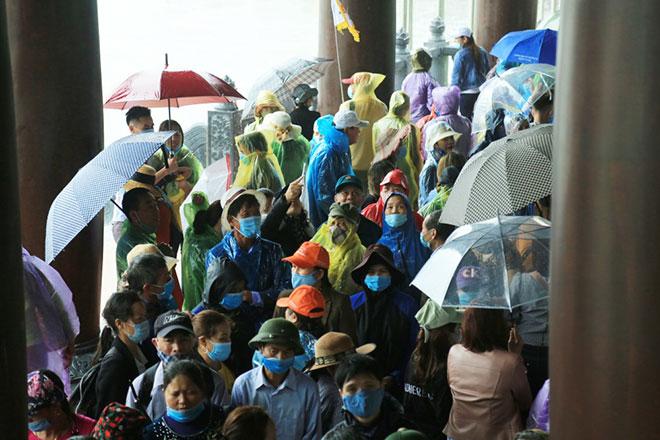 Vạn người đội mưa lớn đổ về chùa Tam Chúc gây quá tải - hình ảnh 10