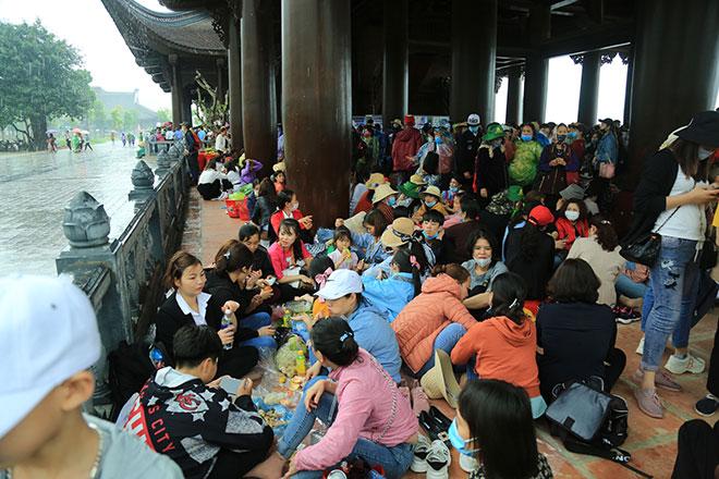 Vạn người đội mưa lớn đổ về chùa Tam Chúc gây quá tải - hình ảnh 11