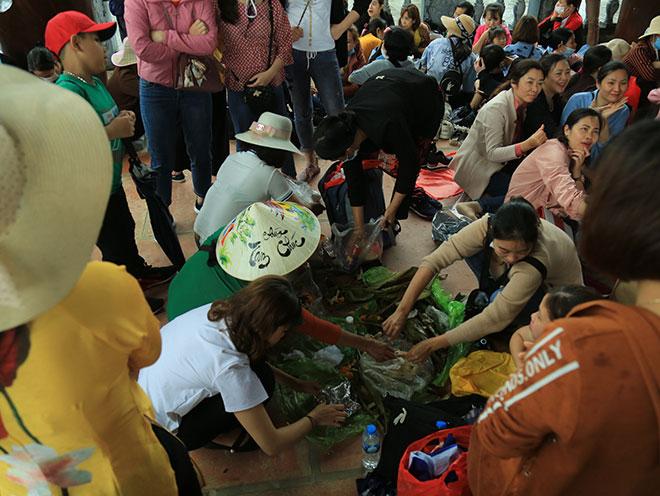 Vạn người đội mưa lớn đổ về chùa Tam Chúc gây quá tải - hình ảnh 13