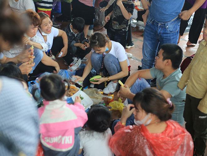 Vạn người đội mưa lớn đổ về chùa Tam Chúc gây quá tải - hình ảnh 14