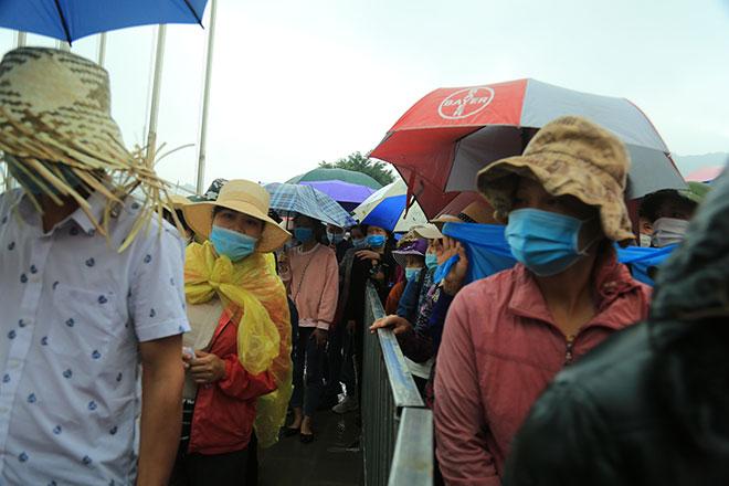 Vạn người đội mưa lớn đổ về chùa Tam Chúc gây quá tải - hình ảnh 2