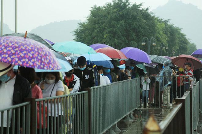 Vạn người đội mưa lớn đổ về chùa Tam Chúc gây quá tải - hình ảnh 3
