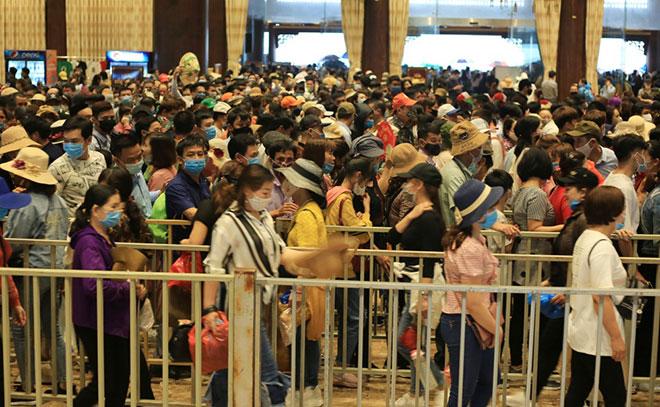 Vạn người đội mưa lớn đổ về chùa Tam Chúc gây quá tải - hình ảnh 4
