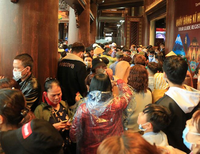 Vạn người đội mưa lớn đổ về chùa Tam Chúc gây quá tải - hình ảnh 6
