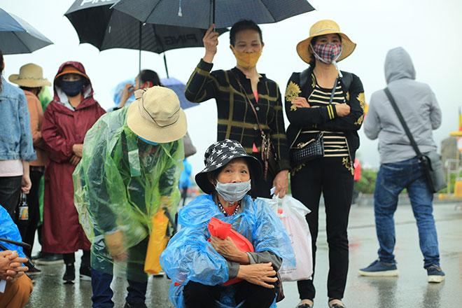 Vạn người đội mưa lớn đổ về chùa Tam Chúc gây quá tải - hình ảnh 7