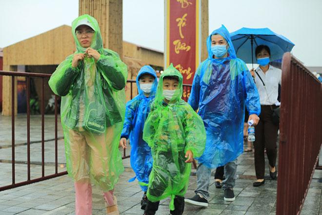 Vạn người đội mưa lớn đổ về chùa Tam Chúc gây quá tải - hình ảnh 8