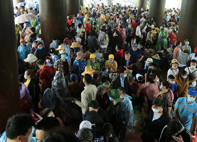 Vạn người đội mưa lớn đổ về chùa Tam Chúc gây quá tải - hình ảnh 9