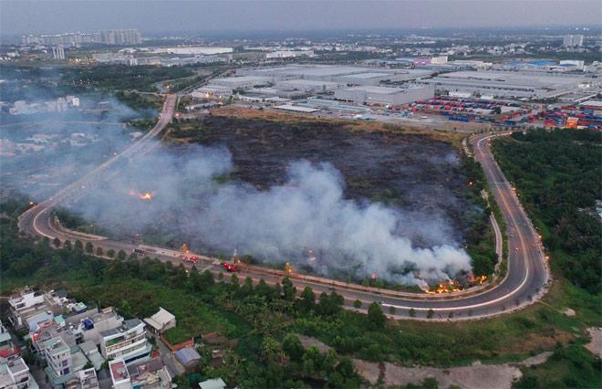 Lửa lan rộng hàng chục ha trong Khu Công nghệ cao TP.HCM - hình ảnh 13