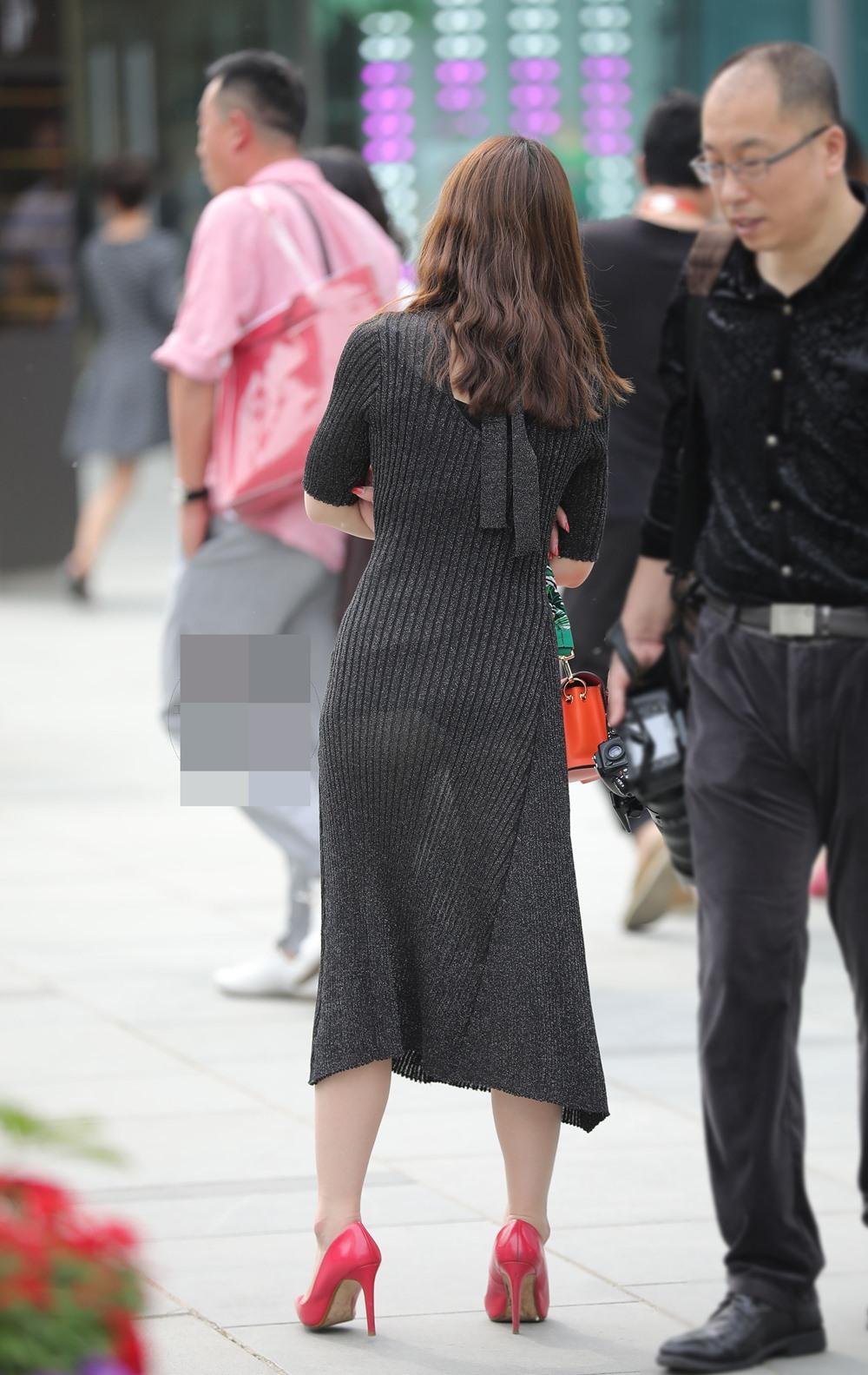 """Đi mua hoa quả, cô gái """"phát sáng"""" giữa phố vì trang phục mỏng dễ nhìn xuyên qua - hình ảnh 4"""