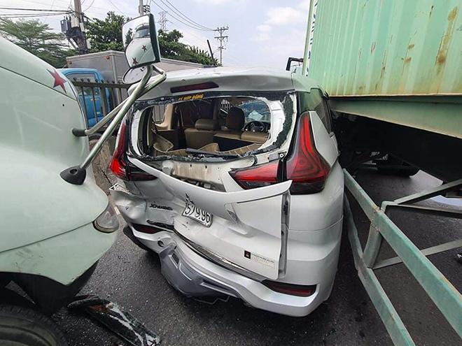 Ớn lạnh hình ảnh ô tô 7 chỗ biến dạng, bị kẹp chặt giữa 2 xe container - hình ảnh 2