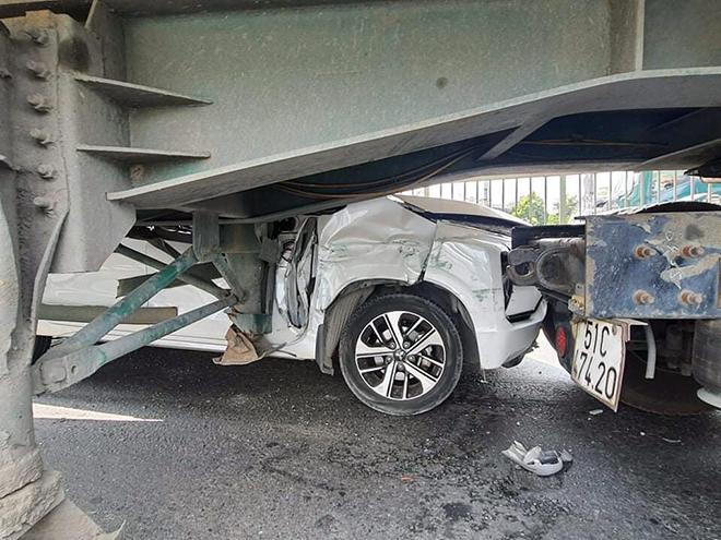 Ớn lạnh hình ảnh ô tô 7 chỗ biến dạng, bị kẹp chặt giữa 2 xe container - hình ảnh 3