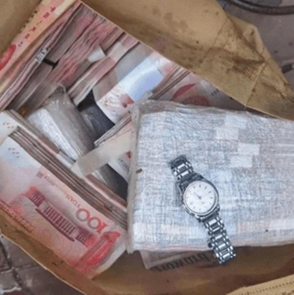 Đang dọn rác phát hiện túi vô chủ, mở ra ngỡ ngàng 2,1 tỷ đồng - 1
