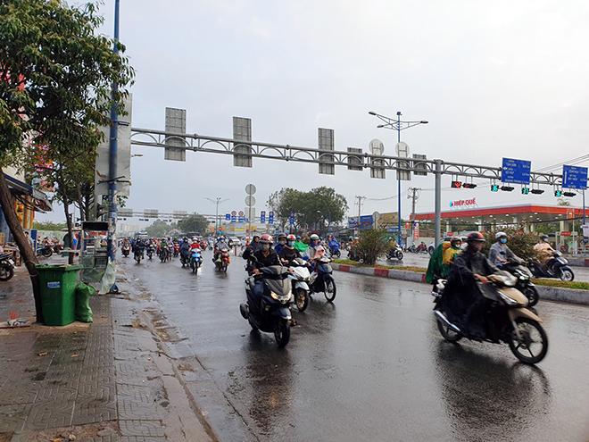 """""""Mưa vàng"""" đổ xuống Sài Gòn sau chuỗi ngày nắng như đổ lửa - 3"""