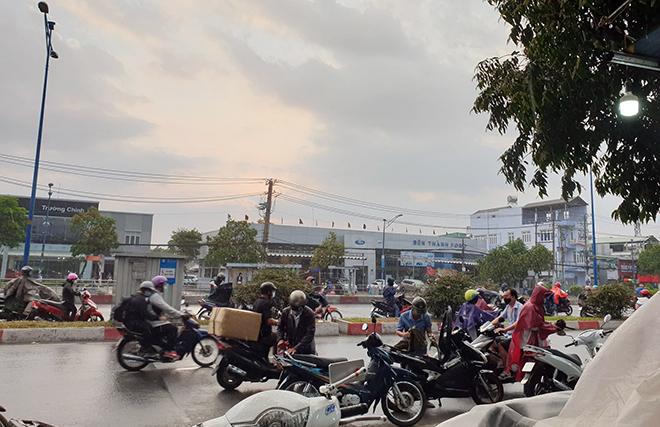"""""""Mưa vàng"""" đổ xuống Sài Gòn sau chuỗi ngày nắng như đổ lửa - 4"""