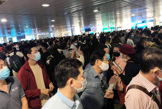 """Bất ngờ với hình ảnh biển người """"rồng rắn"""" ở sân bay Tân Sơn Nhất ngày cuối tuần - hình ảnh 1"""