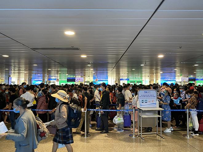 """Bất ngờ với hình ảnh biển người """"rồng rắn"""" ở sân bay Tân Sơn Nhất ngày cuối tuần - hình ảnh 10"""