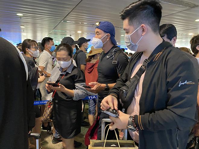 """Bất ngờ với hình ảnh biển người """"rồng rắn"""" ở sân bay Tân Sơn Nhất ngày cuối tuần - hình ảnh 11"""