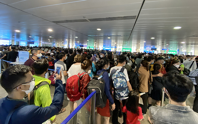 """Bất ngờ với hình ảnh biển người """"rồng rắn"""" ở sân bay Tân Sơn Nhất ngày cuối tuần - hình ảnh 12"""
