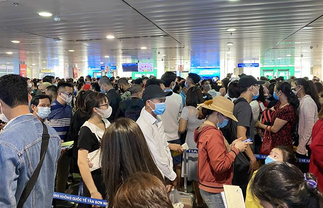 """Bất ngờ với hình ảnh biển người """"rồng rắn"""" ở sân bay Tân Sơn Nhất ngày cuối tuần - hình ảnh 13"""