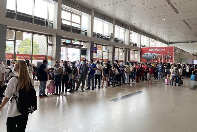 """Bất ngờ với hình ảnh biển người """"rồng rắn"""" ở sân bay Tân Sơn Nhất ngày cuối tuần - hình ảnh 2"""