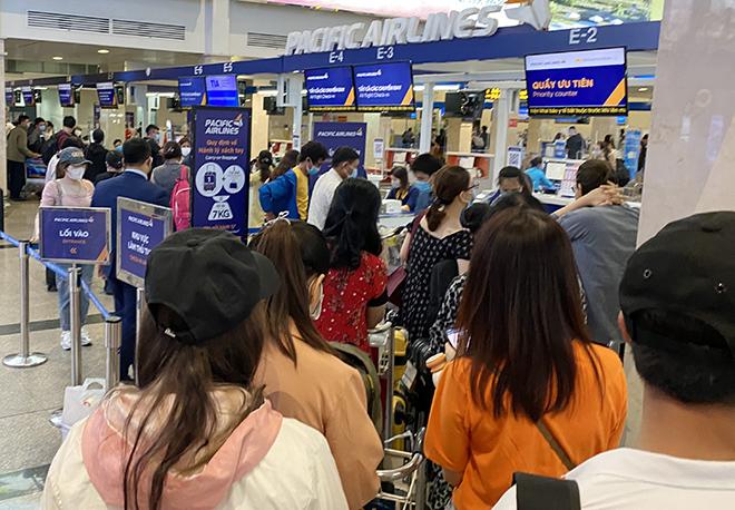 """Bất ngờ với hình ảnh biển người """"rồng rắn"""" ở sân bay Tân Sơn Nhất ngày cuối tuần - hình ảnh 3"""