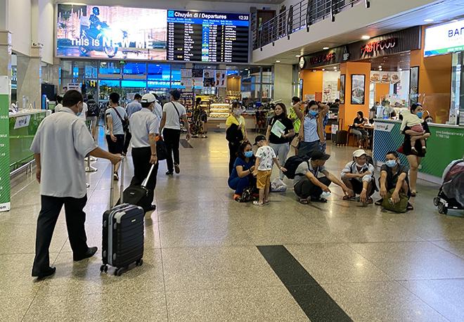 """Bất ngờ với hình ảnh biển người """"rồng rắn"""" ở sân bay Tân Sơn Nhất ngày cuối tuần - hình ảnh 4"""