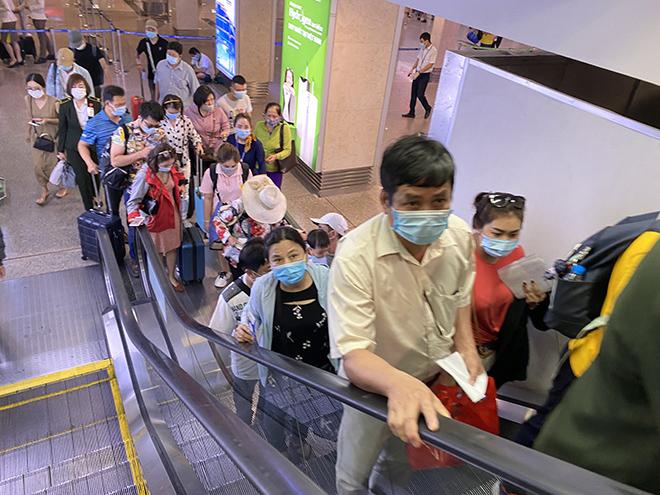 """Bất ngờ với hình ảnh biển người """"rồng rắn"""" ở sân bay Tân Sơn Nhất ngày cuối tuần - hình ảnh 5"""