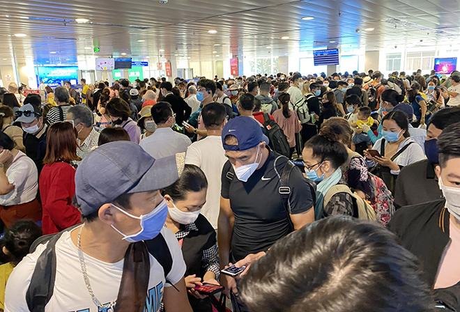"""Bất ngờ với hình ảnh biển người """"rồng rắn"""" ở sân bay Tân Sơn Nhất ngày cuối tuần - hình ảnh 6"""