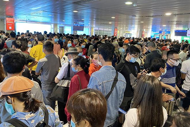 """Bất ngờ với hình ảnh biển người """"rồng rắn"""" ở sân bay Tân Sơn Nhất ngày cuối tuần - hình ảnh 7"""