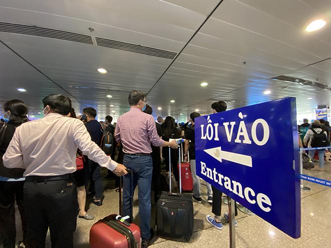 """Bất ngờ với hình ảnh biển người """"rồng rắn"""" ở sân bay Tân Sơn Nhất ngày cuối tuần - hình ảnh 8"""