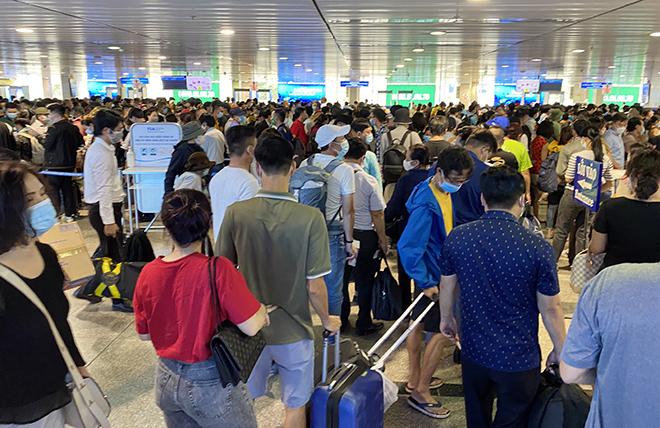 """Bất ngờ với hình ảnh biển người """"rồng rắn"""" ở sân bay Tân Sơn Nhất ngày cuối tuần - hình ảnh 9"""