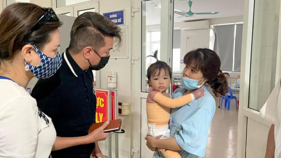Mr. Đàm đến bệnh viện làm điều đặc biệt cho bé gái 3 tuổi bị bỏng nặng không tiền cứu chữa - 1
