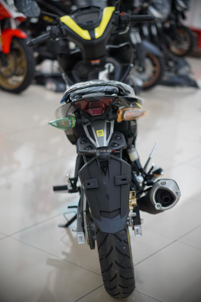 Cận cảnh 2021 Yamaha MX King 150 vàng đen giá 37,75 triệu đồng