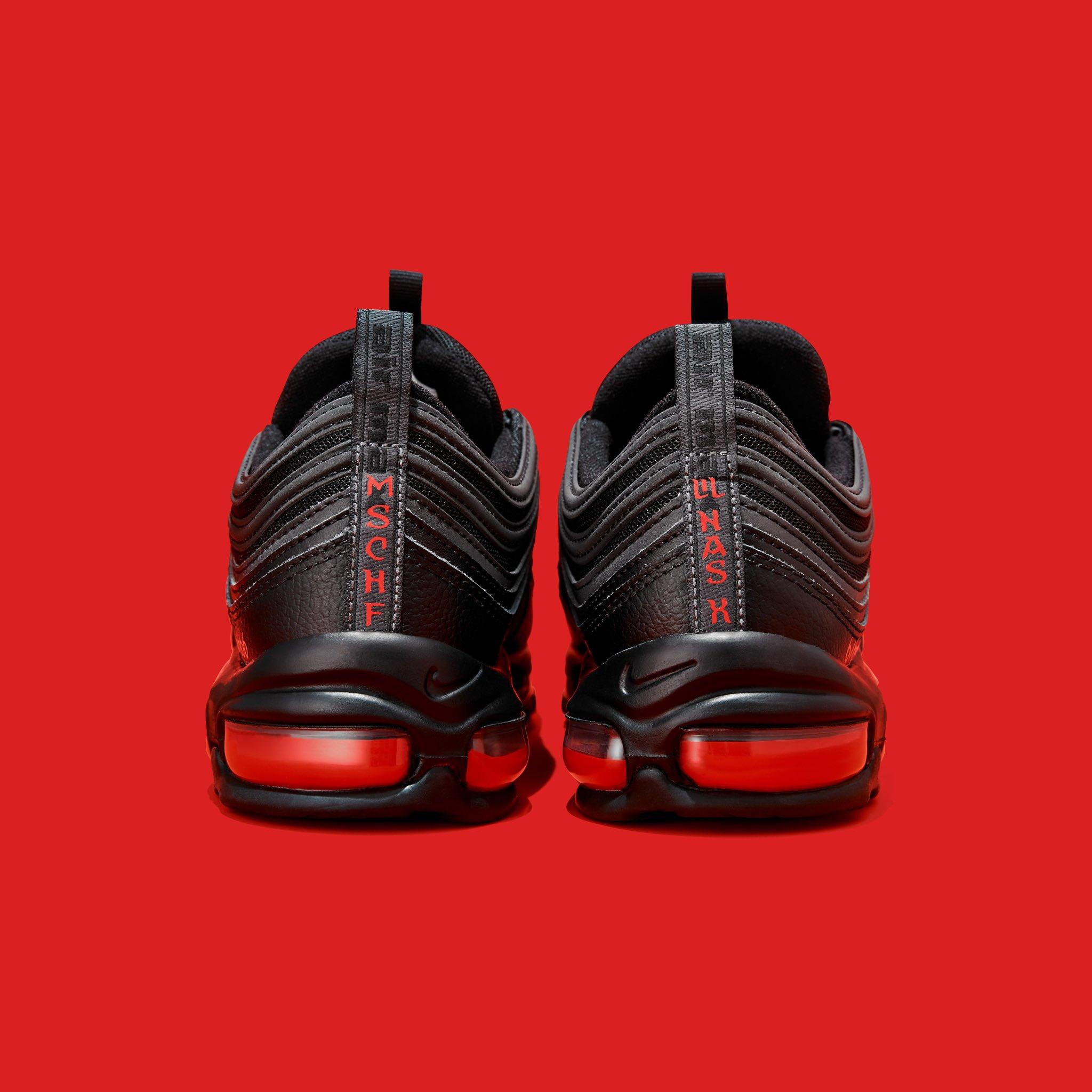 Nike kiện công ty bán sneaker có máu người thật - 1