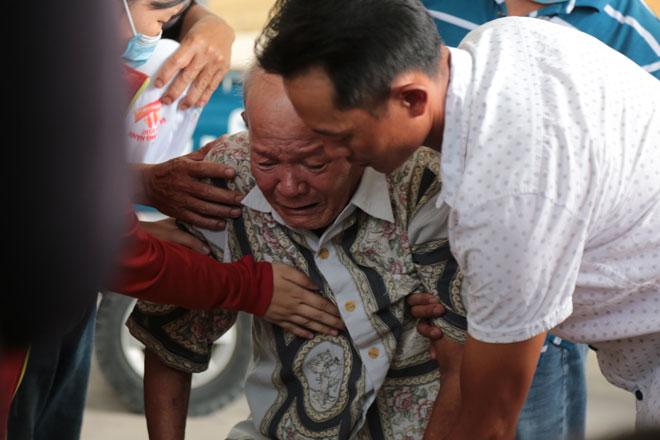 """Tiếng khóc xé lòng ở nhà tang lễ sau vụ cháy 6 người chết: """"Cho tôi nhìn mặt con cháu lần cuối - hình ảnh 1"""