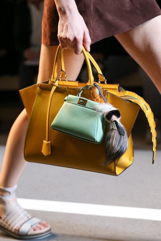 Vì sao những chiếc túi xách trên thế giới đang bé xíu lại, đến mức thành mặt dây chuyền? - 6