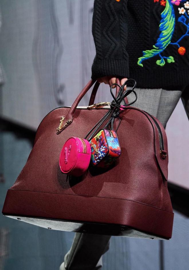 Vì sao những chiếc túi xách trên thế giới đang bé xíu lại, đến mức thành mặt dây chuyền? - 9