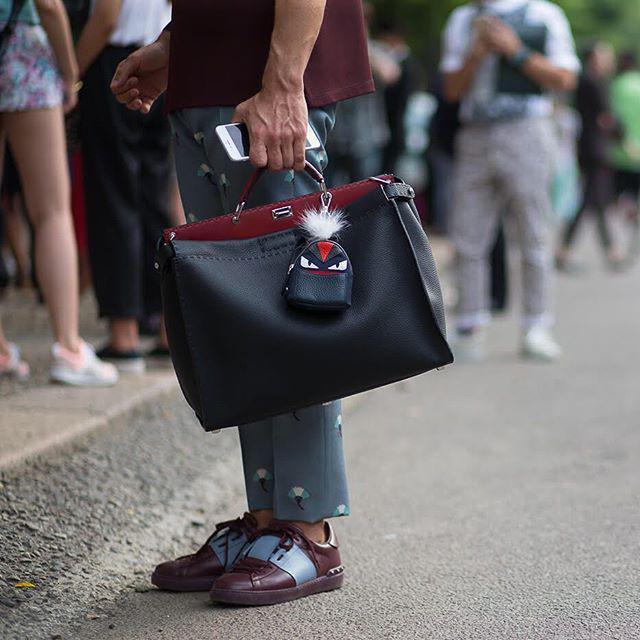 Vì sao những chiếc túi xách trên thế giới đang bé xíu lại, đến mức thành mặt dây chuyền? - 11