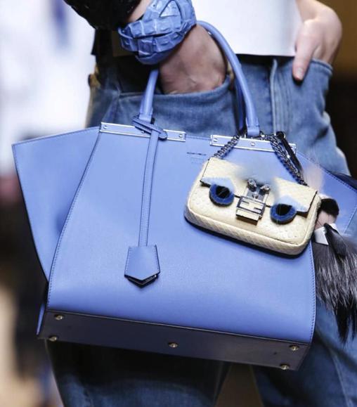 Vì sao những chiếc túi xách trên thế giới đang bé xíu lại, đến mức thành mặt dây chuyền? - 13
