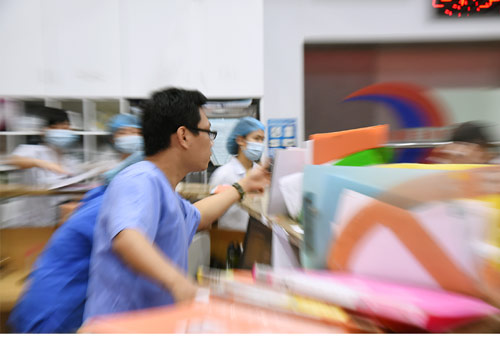 Cuộc sống quay cuồng của bác sĩ cấp cứu trong đêm - hình ảnh 2