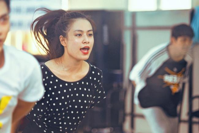 """Nắng nóng, nhìn Angela Phương Trinh, Hoàng Thùy Linh càng khiến fan """"bỏng mắt"""" - hình ảnh 6"""
