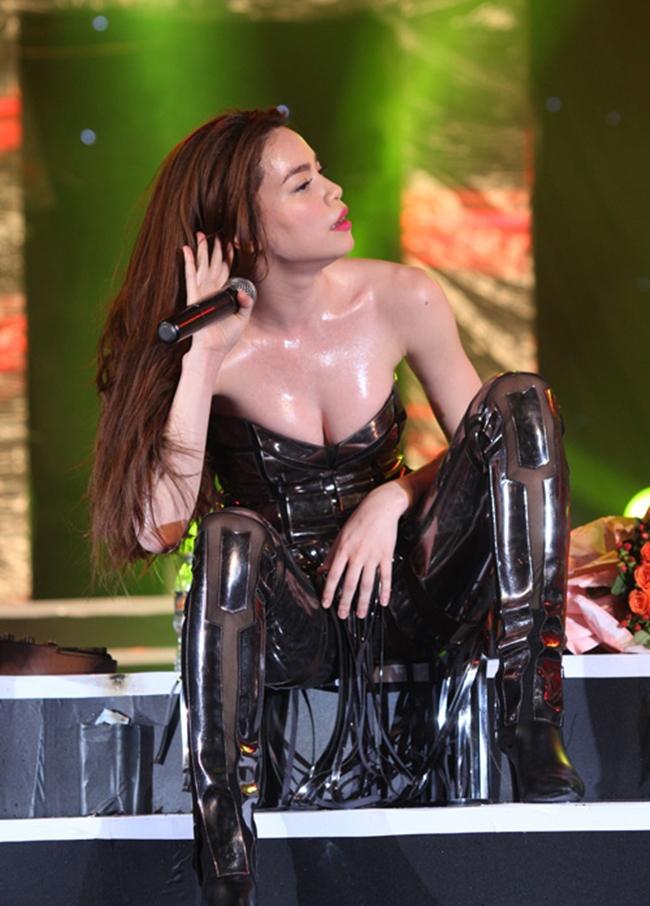 """Nắng nóng, nhìn Angela Phương Trinh, Hoàng Thùy Linh càng khiến fan """"bỏng mắt"""" - hình ảnh 9"""