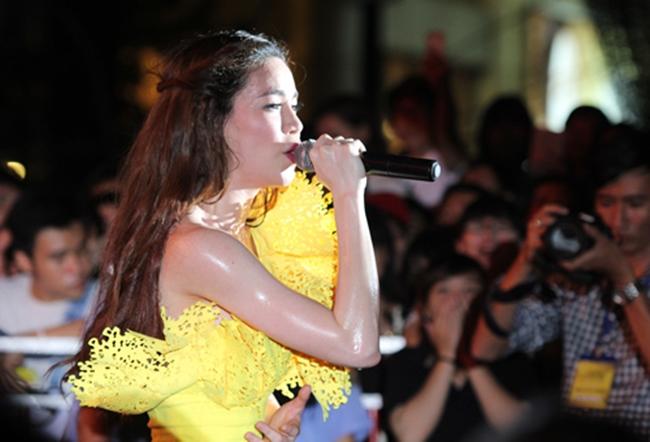 """Nắng nóng, nhìn Angela Phương Trinh, Hoàng Thùy Linh càng khiến fan """"bỏng mắt"""" - hình ảnh 13"""