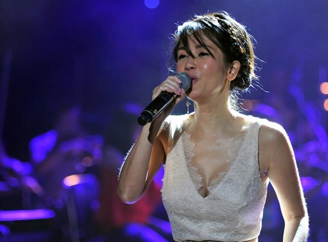 """Nắng nóng, nhìn Angela Phương Trinh, Hoàng Thùy Linh càng khiến fan """"bỏng mắt"""" - hình ảnh 18"""