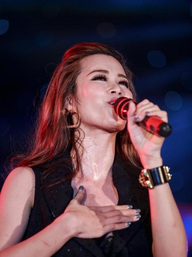 """Nắng nóng, nhìn Angela Phương Trinh, Hoàng Thùy Linh càng khiến fan """"bỏng mắt"""" - hình ảnh 19"""