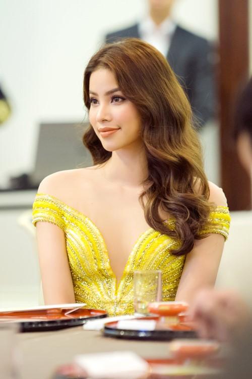 Phạm Hương nửa kín nửa hở với váy xẻ ngực sâu hun hút - hình ảnh 3
