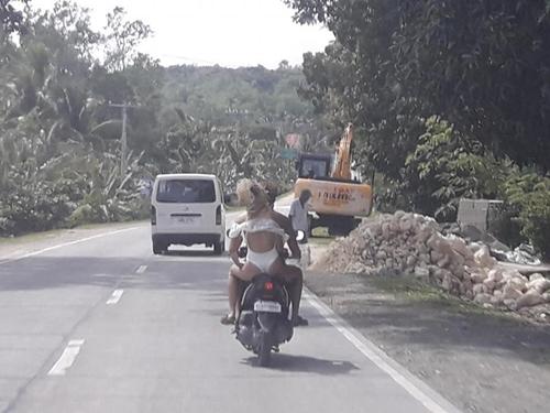 """Người mẫu xinh đẹp bị cảnh sát """"tuýt còi"""" vì mặc bikini đi xe máy ở Philippines - hình ảnh 1"""
