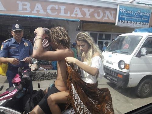 """Người mẫu xinh đẹp bị cảnh sát """"tuýt còi"""" vì mặc bikini đi xe máy ở Philippines - hình ảnh 2"""